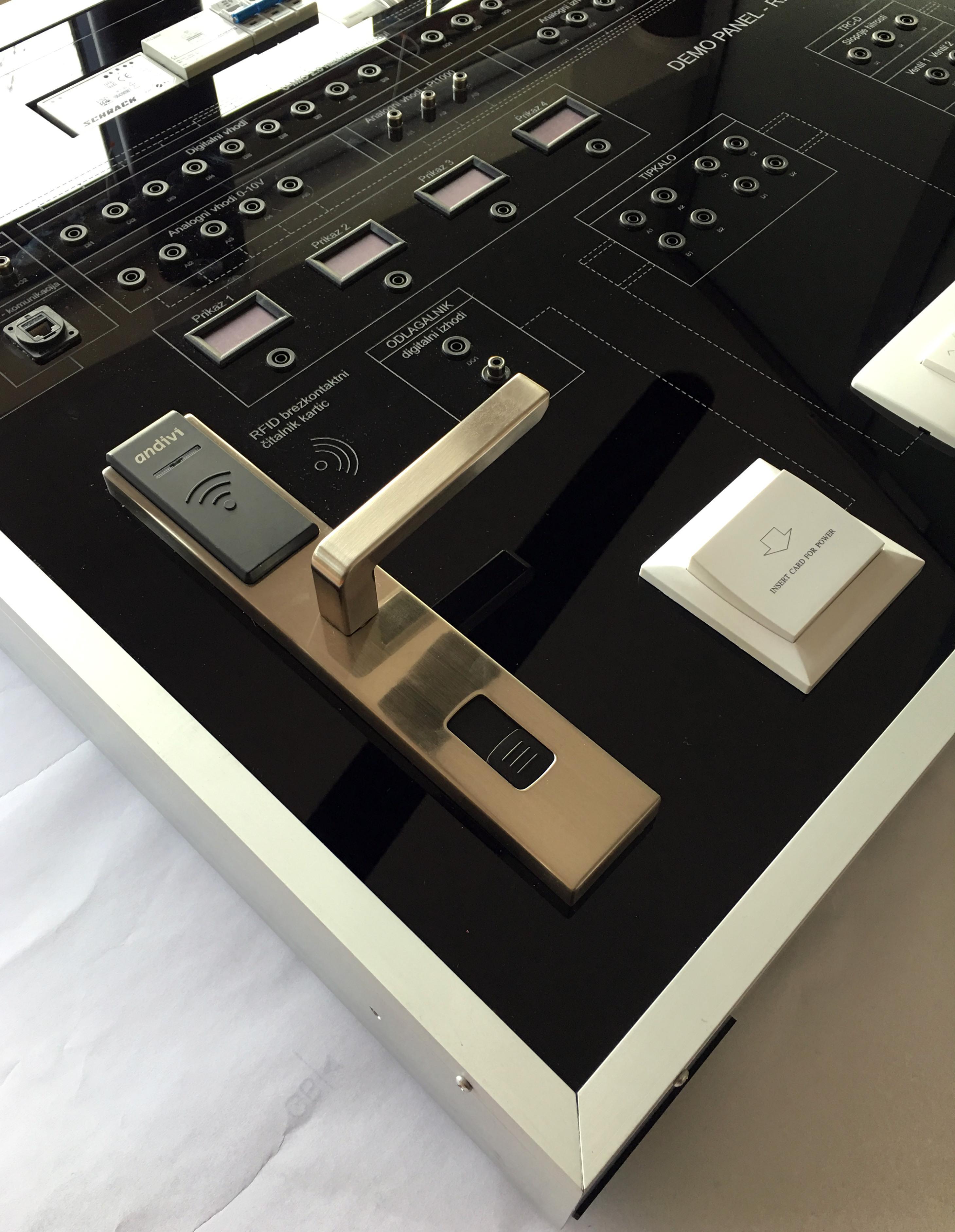 Izobraževalni-panel-avtomatika-mehatronika-krmilnik-termostat-avtomatizacija-zgradb-demo-pane-Andivi