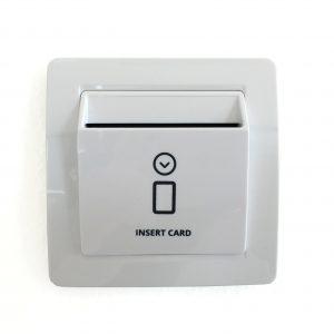 karticni odlozilnik – stikalo za varcevanje energije-bel